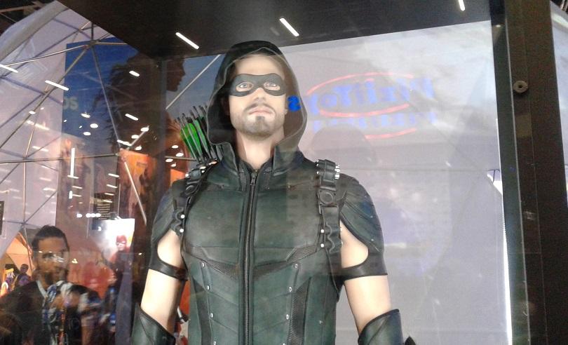 O traje oficial de Arrow foi destaque no estande do Warner Channel na CCXP 2016. (Foto: Henrique Almeida)
