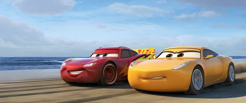 Ao lado de Cruz Ramirez, Relâmpago McQueen encontra um motivo para continuar nas pistas. (Foto: Disney•Pixar)