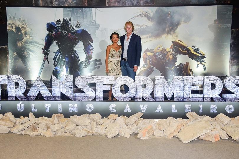 No Brasil, Michael Bay e Isabela Moner participaram de uma press conference e da pré-estreia de Transformers: O Último Cavaleiro. (Foto: Raphael Dias/Getty Images)