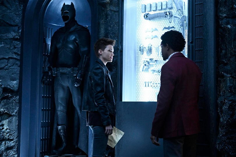 Ruby Rose e Camrus Johnson em cena de Batwoman
