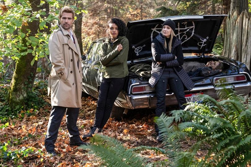 Constantine, Charlie e Sara Lance posam com o 1967 Chevrolet Impala de Supernatural