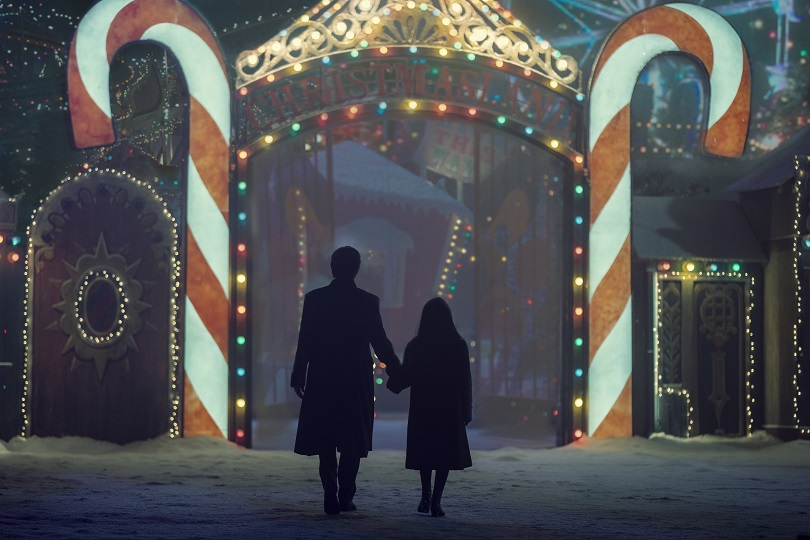 Charlie Manx e Millie Manx na porta da Terra do Natal
