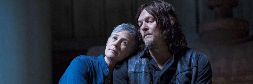 Carol recostada no ombro de Daryl em The Walking Dead