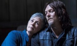 Carol recostada no ombro de Daryl em The Walking Dead