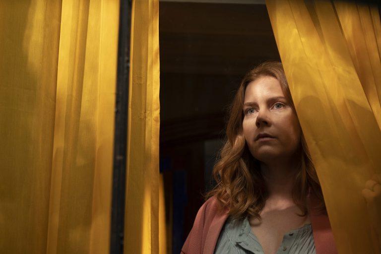 Adaptação fraca: Amy Adams não salva A Mulher na Janela